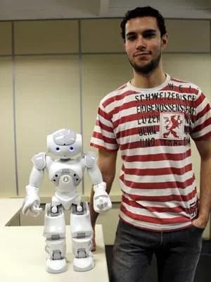 O estudante Fernando Zuher, responsável pela pesquisa com Nao (Foto: Fabio Rodrigues/G1)
