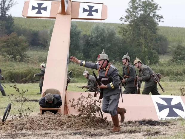 Réplica de avião do exército alemão fez parte da recriação da Primeira Batalha do Marne (Foto: Charles Platiau/Reuters)