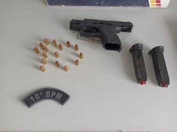 Policiais fizeram buscas na casa do empresário e localizaram uma pistola e munições em um armário, em Cuiabá — Foto: Polícia Militar de Mato Grosso