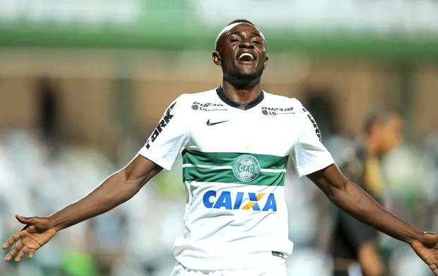 Joel comemora gol do Coritiba contra o Botafogo (Foto: Getty Images)