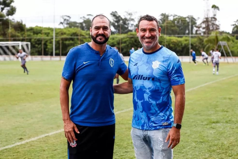Danilo e Guilherme posam para foto antes de Corinthians sub-23 x Marília — Foto: Rodrigo Gazzanel / Ag.Corinthians