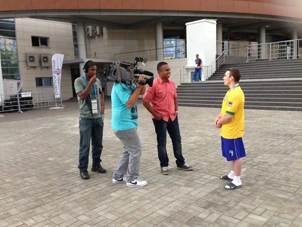 Repórter Rogério Coutinho entrevista Arthur Zanetti (Foto: Divulgação)