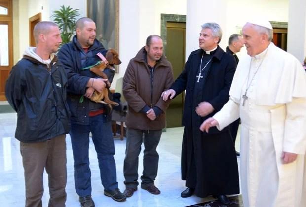 O Papa Francisco ao lado do esmoleiro oficial do Vaticano, Konrad Krajewski, e de três moradores de rua que foram convidados para celebrar o aniversário do pontífice nesta terça-feira (16) (Foto: Osservatore Romano/AFP)
