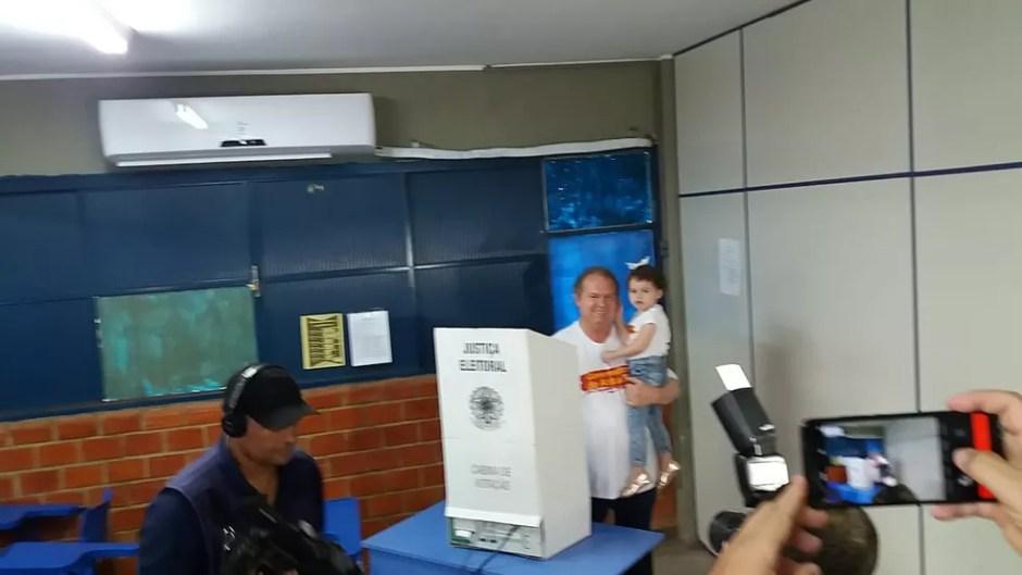 Mauro Carlesse votou em Gurupi — Foto: Jairo Santos/TV Anhanguera