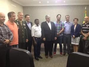 Grupo de pessoas que representam entidades que apoiam o projeto também estavam na reunião (Foto: Ísis Capistrano/ G1)
