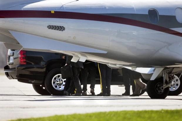 Suspeito de planejar ataque terrorista é retirado de avião no aeroporto de Buttonville nesta segunda-feira (22)  (Foto: Andrew Francis Wallace/Toronto Star via Getty Images)