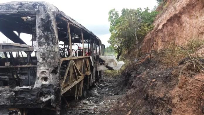 Ônibus ficou destruído após pegar fogo em rodovia na Bahia  — Foto: Divulgação/PRF