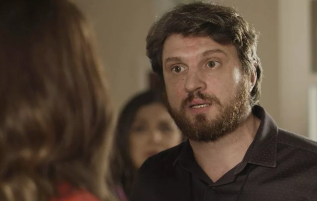 'Onde Rubinho está?', ela ouve (Foto: TV Globo)