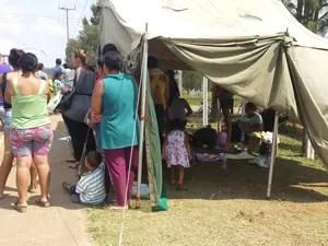 Familiares de presos aguardam negociações em barracas improvisadas (Foto: Alana Fonseca/G1)