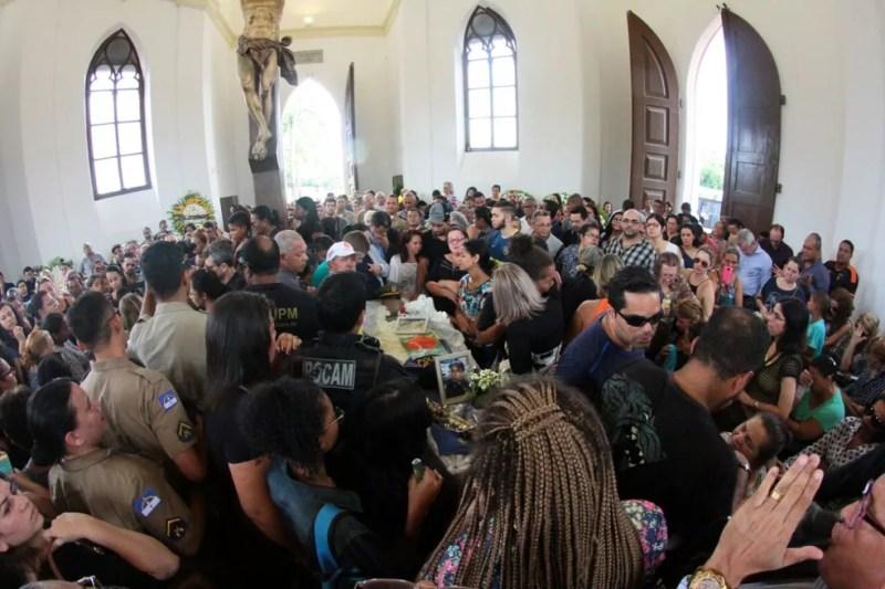 Capela do do Cemitério de Santo Amaro ficou lotada durante a despedida aos policiais mortos (Foto: Marlon Costa/Pernambuco Press)