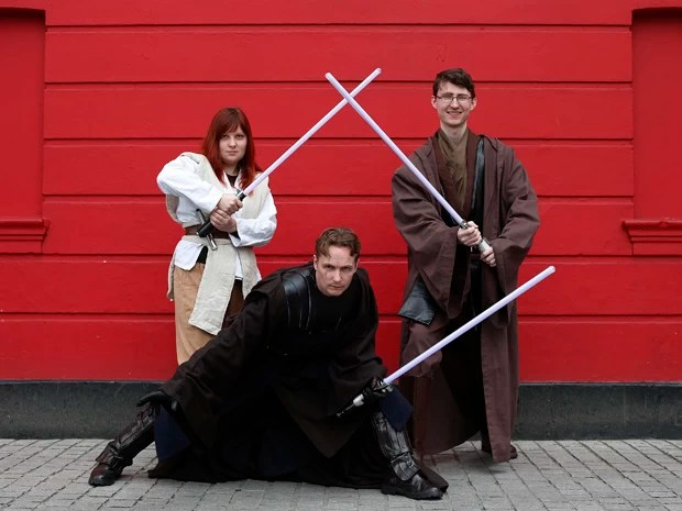 Trio posa para foto vestido de personagens da famosa saga Star Wars durante festival internacional de ficção científica (Foto: Suzanne Plunkett/Reuters)