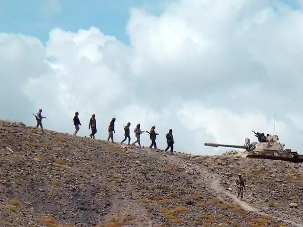 Militantes da resistência leais ao presidente do Iêmen Abd-Rabbu Mansour Hadi são vistos em uma colina com vista para a base aérea de al-Anad, na província do sul do país  (Foto: Reuters)