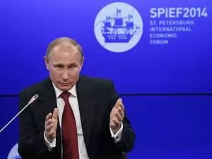 O presidente da Rússia, Vladimir Putin, fala no Fórum Econômico de São Petersburgo nesta sexta-feira (23) (Foto: Sergei Karpukhin/Reuters)