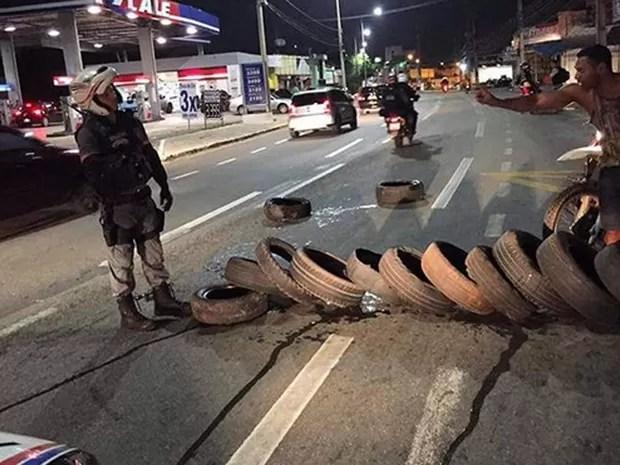 Batalhão Tiradentes evita queima de pneus em avenida de São Luís (Foto: Divulgação/PM-MA)