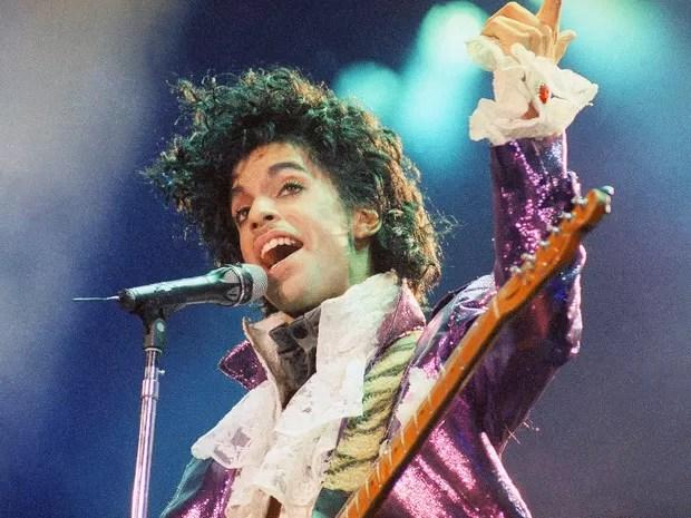 Foto de fevereiro de 1985 mostra o cantor Prince durante show em Inglewood, na Califórnia, EUA (Foto: Liu Heung Shing/AP/Arquivo)