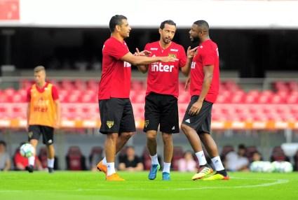 Jucilei conversa com Nene e Diego Souza antes de jogo do São Paulo: trio é referência no clube (Foto: Marcos Ribolli)