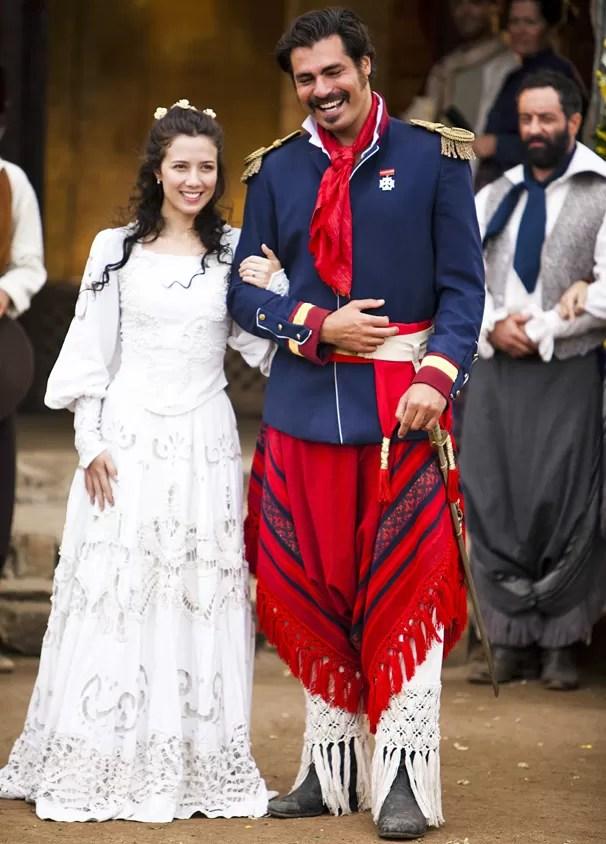 O Tempo e o Vento conta a história de amor entre Bibiana (Marjorie Estiano) e Capitão Rodrigo (Thiago Lacerda), em meio aos conflitos de duas famílias opostas (Foto: Globo)