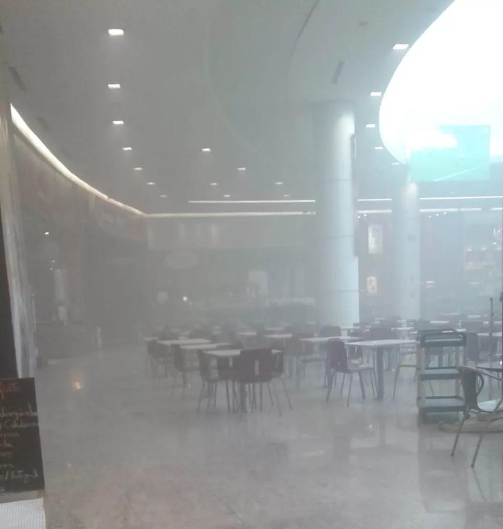 Praça de alimentação ficou repleta de fumaça nesta manhã (Foto: Beatriz Mendes/Arquivo pessoal)