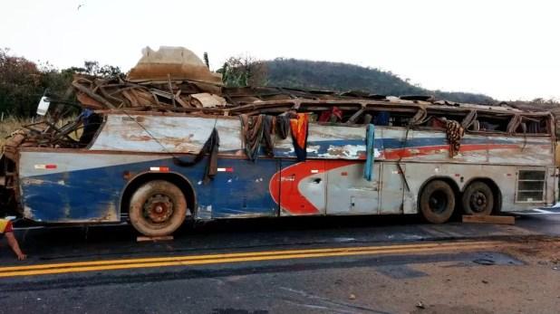 Acidente ônibus BR-146 em Serra do Salitre (Foto: Corpo de Bombeiros/Divulgação )
