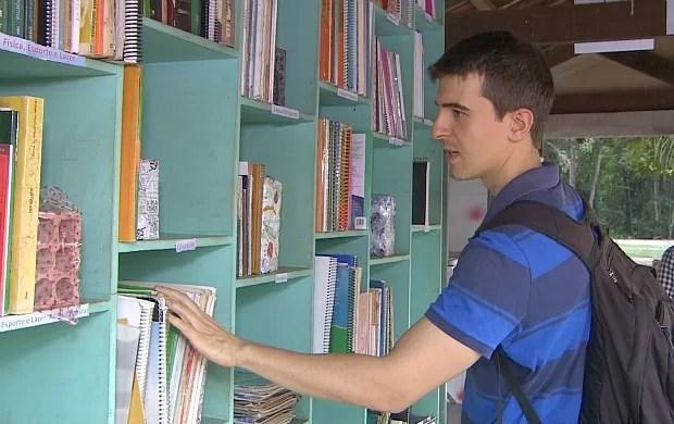Biblioteca é montada em ponto de ônibus, em Porto Velho (Foto: Rondônia TV)