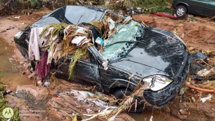 Carro arrastado ficou cheio de sujeira em Bauru — Foto: César Evaristo/TV TEM