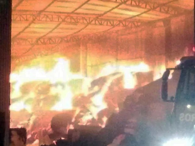 Bombeiros tentam controlar incêndio em depósito de Sorriso, em MT. (Foto: Giselle Mazzei/Centro América FM Sorriso)