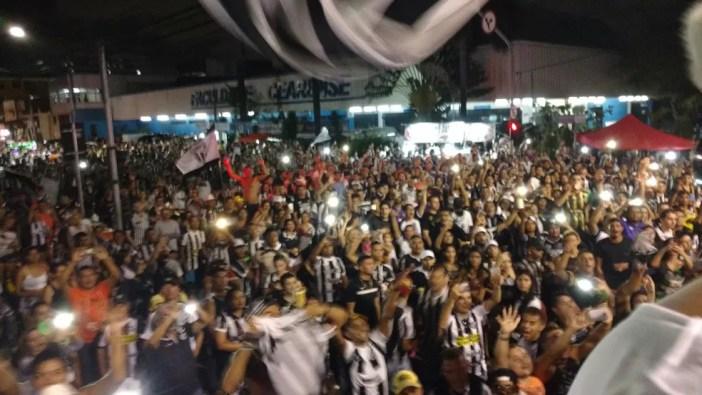 Torcida esperava o time do Ceará, em Porangabuçu, fazendo muita festa (Foto: Juscelino Filho)