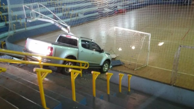 Caminhonete invadiu ginásio de esportes de Assis Chateaubriand na manhã de quinta-feira (5) (Foto: Aline Alves/Arquivo Pessoal)