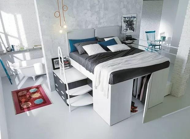 Em cada lado da cama é colocada uma escadinha, que também tem gavetas para guardar miudezas e ainda pode servir como criado-mudo (Foto: Divulgação)