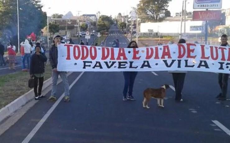 Moradores de favela fecham viaduto para protestar contra ação de desocupação de área (Foto: Arquivo pessoal)