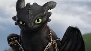 Cinco anos após convencer os habitantes de seu vilarejo que os dragões não devem ser combatidos, Soluço convive com seu dragão Fúria da Noite, e estes animais integraram pacificamente a rotina dos moradores da ilha de Berk. Entre viagens pelos céus e corridas de dragões, Soluço descobre uma caverna secreta, onde centenas de novos dragões vivem. O local é protegido por Valka, mãe de Soluço, que foi afastada do filho quando ele ainda era um bebê. Juntos, eles precisarão proteger o mundo que conhecem do perigoso Drago Bludvist, que deseja controlar todos os dragões existentes.