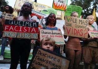 Manifestantes protestam no Rio como parte da greve global pelo clima — Foto: REUTERS/Pilar Olivares