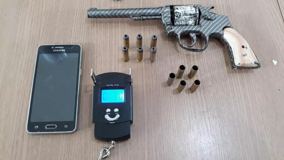 Com os suspeitos também foi encontrada uma arma de fogo  — Foto: Polícia Militar/ Divulgação