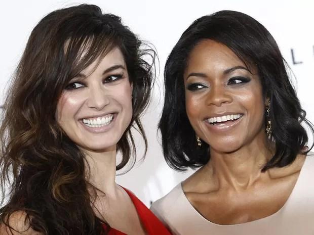 As atrizes Berenice Marlohe e Naomie Harris em Londres, nesta quinta-feira (3), durante anúncio do novo filme de 007 'Skyfall', que será lançado em novembro de 2012 (Foto: Reuters)
