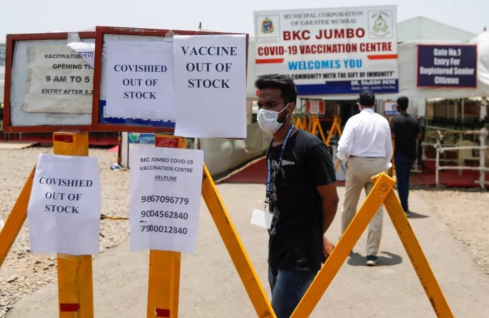 Avisos sobre a falta de vacinas contra contra a Covid-19 em centro de vacinação em Mumbai, na Índia, nesta terça (20) — Foto: Francis Mascarenhas/Reuters
