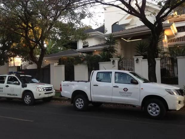 MP e Polícia Nacional na casa de Abdelmassih (Foto: Glauco Araújo/G1)