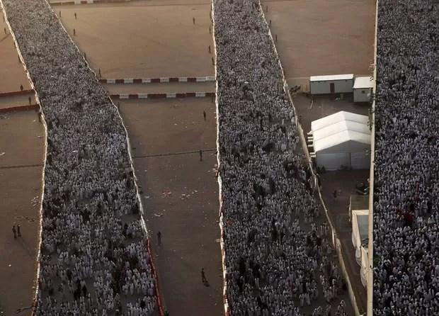 Milhares de peregrinos seguem durante o último ritual do hajj, em Mina, do lado de fora de Meca, nesta quinta-feira (24), antes de uma confusão que matou centenas de pessoas no local (Foto: Ahmad Masood/Reuters)