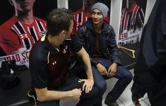 Ganso conversa com João Schmidt no vestiário do Morumbi (Foto: Rubens Chiri/saopaulofc.net)