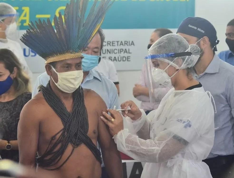 O cacique Paulo Eduardo Mamaindê, de 52 anos, foi o segundo vacinado contra Covid-19 em Vilhena. — Foto: Prefeitura de Vilhena/Divulgação