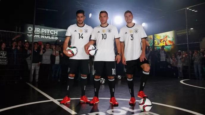 Can Podolski Hector lançamento uniforme Alemanha (Foto  Reprodução    Twitter) 3b7fdd54c3f71