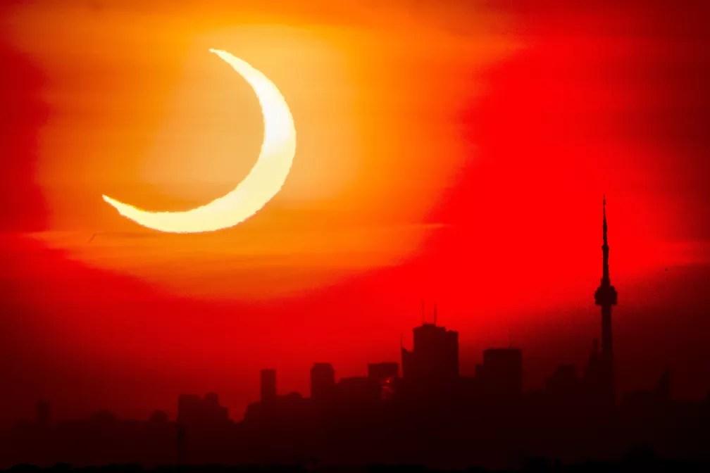 Eclipse solar anular registrado em Toronto, no Canadá, nesta quinta-feira (10)  — Foto: Frank Gunn/The Canadian Press via AP