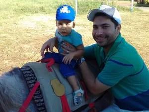 Antônio está há 3 meses fazendo a equoterapia  (Foto: Alberto Benjamin / Arquivo pessoal)