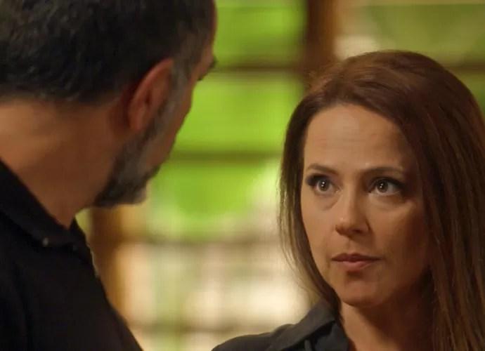 Lili conta para Germano que encontrou bilhete para Sofia (Foto: TV Globo)