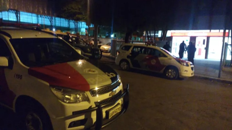 Agência do Santander em Monte Mor (SP) foi alvo de criminosos no começo da noite desta sexta-feira (18) (Foto: Júlio Ferreira)