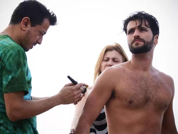 Ator passa por últimos retoques antes de entrar em cena (Foto: Raphael Dias/TV Globo)