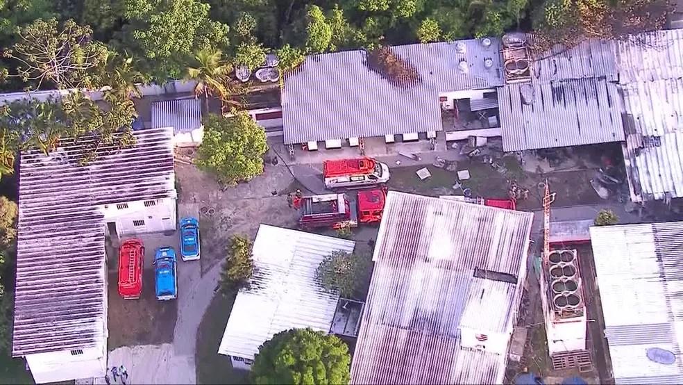 Veículos dos bombeiros no CT do Flamengo — Foto: Reprodução/TV Globo