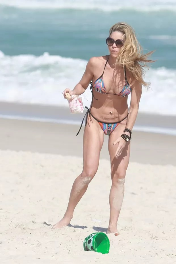 Danielle Winits na praia (Foto: Dilson Silva / AgNews)