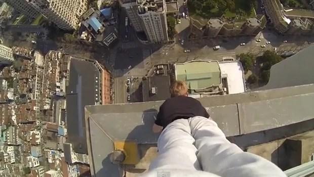 Britânico faz paradas de mão na borda de prédios sem equipamento de segurança (Foto: Reprodução / Youtube)