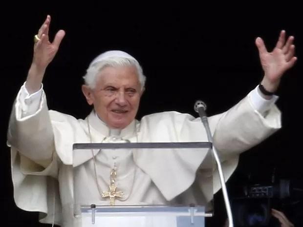 Papa Bento XVI saúda multidão de fiéis presentes neste domingo durante a oração do Ângelus (Foto: Alberto Pizzoli/AFP)