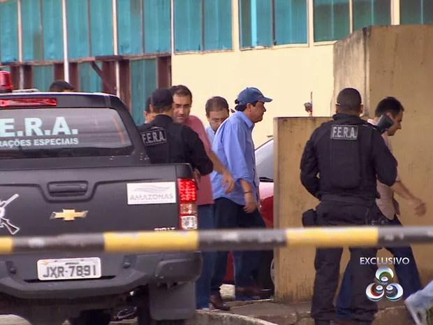 Prefeito Adail Pinheiro conseguiu acesso à delegacia despistando imprensa (Foto: Reprodução/TV Amazonas)